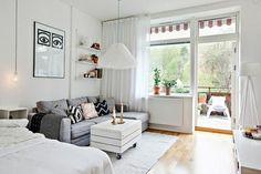 tapis gris sol en parquet clair, meubles d'intérieur chic,                                                                                                                                                                                 Plus