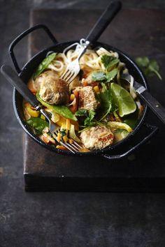 Kylvetä lihapullat vaihteeksi kookosmaitoisessa, thaimaustetussa liemessä.