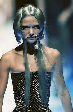"""Alexander McQueen Spring/Summer 1998 """"Untitled (The Golden Shower)"""" 2000s Fashion, Fashion Art, Autumn Fashion, High Fashion, Dark Fashion, Alexander Mcqueen Savage Beauty, Mcq Alexander Mcqueen, Alexander Macqueen, Mode Pop"""