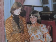 Diana with her sister Sarah. The only unflattering photo of Diana I have ever seen. She looks a little creepy in this one. Lady Diana Spencer, Spencer Family, Princess Diana Family, Princess Of Wales, Real Princess, Princess Eugenie, Princesa Diana, Prince Phillip, Prince Charles