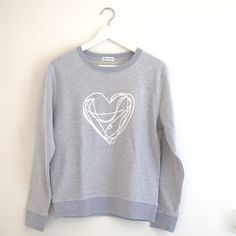 """Sweatshirt für Frauen in PastellblauMelange mit Herz-Druck in Weiss ♥ Wie praktisch, an manchen Tagen lassen wir einfach unser Sweatshirt sprechen: """"Ich fühle mich heute so♥-lich"""" wil…"""