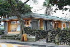 오래된 돌집의 색다른 변신 돌이 많은 제주도. 그래서 제주에서는 그 돌로 집을 지었습니다. 초가집도 돌을... Stone Houses, Hostel, Gazebo, Farmhouse, Outdoor Structures, Cabin, Architecture, House Styles, Interior