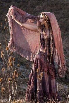 bohemian boho style hippy hippie chic bohème vibe gypsy fashion indie folk look outfit Boho Gypsy, Bohemian Mode, Gypsy Soul, Bohemian Style, Gypsy Life, Bohemian Design, Bohemian Dresses, Gypsy Dresses, Boho Hippie