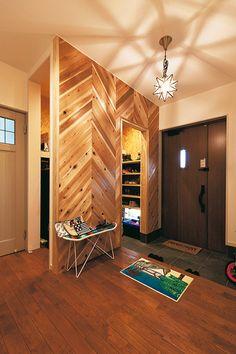 玄関は杉材を組んだウッディなパーテーションで仕切って脇玄関をつくり、家族の靴箱やコートハンガーを隠した。