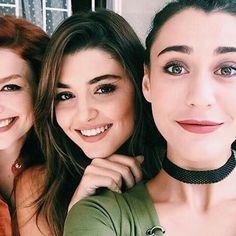 Hande erçel with friends Murat And Hayat Pics, Cute Love Stories, Turkish Beauty, Turkish Fashion, Hande Ercel, Cute Girl Face, Stylish Girl Pic, Beautiful Girl Image, Girls Dpz