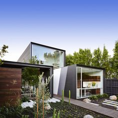Living architecture, an example of harmony by Maynard Architects. Architecture always surprises us with creative and aesthetic solutions. We could say that living architecture is a reality. Live for the constant evolution and the way to adapt. Building A Container Home, Container House Design, Container Homes, Residential Architecture, Interior Architecture, Amazing Architecture, Interior Design, Architects Melbourne, Moving Walls