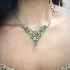 A wonderful adornment for your neck with sunstone and in a soft green color. The Shape is pointed and still organicly rolling. A baroque, romantic design that matches with a classic style as well as to a pirate-gypsy-woman ;-)  __________________________________________________________________________________  Eine wunderbarer Halsschmeichler mit Sonnenstein in zartem grün. Die Form ist spitz und auch geschwungen weiblich. Ein barrock, romantisch anmutendes Design das zu klassischem Stil…