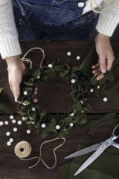 DIY wreath made of felt and snowy pompoms www.panduro.com #krans #filt Christmas Wreaths, Christmas Crafts, Christmas Decorations, Holiday Decor, Felt Wreath, Diy Wreath, Diy And Crafts, Crafts For Kids, How To Make Wreaths
