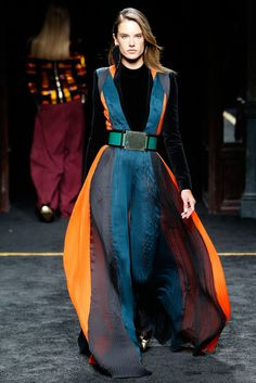 Balmain Fall 2015 Ready-to-Wear Collection Photos - Vogue this color combo blows my mind. love the layering/draping of the outfit. Star Fashion, Runway Fashion, High Fashion, Fashion Show, Fashion Looks, Fashion Design, Paris Fashion, Christophe Decarnin, Fashion Week 2015
