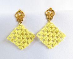 Brinco de crochê feito a mão com linha fina mercerizada, base em metal dourado.