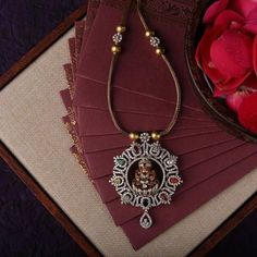 Latest Necklace Designs That Are Trending This Year Antique Jewellery Designs, Gold Jewellery Design, Latest Gold Jewellery, Diamond Jewellery, Latest Necklace Design, Necklace Designs, Rebecca Minkoff, Gold Jewelry Simple, Wedding Jewelry