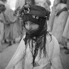 - Besancenot Jean (1902-1992) Fillette berbère Ouled Yahia avec sa coiffe faite de foulards sur lesquels sont posés des cordelières enroulées.- Arago