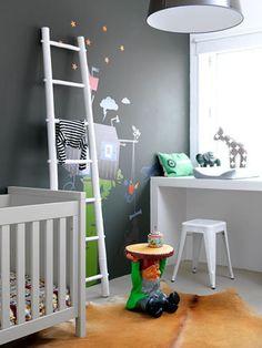 Een kleine kinderkamer die zo praktisch is ingericht dat er toch genoeg speelruimte is.