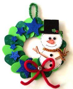 corona de navidad con frostie hecha con perforadores de figuras