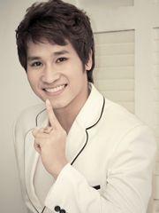 Hình ảnh ca sĩ Chu Bin đẹp trai với tông màu trắng, có lẽ đây là màu sắc khá hợp với một fom người khá chuẩn của chàng trai trẻ