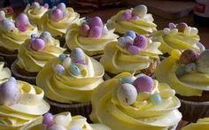 Easter banana muffins with vanilla buttercream Banana Cupcakes, Mini Cupcakes, Easter Deserts, Easter Food, Vanilla Buttercream, Easter Recipes, No Bake Desserts, Cake Recipes, Sweet Treats