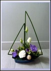 """Art floral Love this design…change up the flowers and It would be perfect for a """"Ocean/yacht themed baby shower…. Contemporary Flower Arrangements, Creative Flower Arrangements, Church Flower Arrangements, Beautiful Flower Arrangements, Beautiful Flowers, Design Floral, Art Floral, Deco Floral, Arrangements Ikebana"""