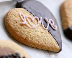 California Bakery sente avvicinarsi il San Valentino. Per questo prepara dei biscotti made with love.