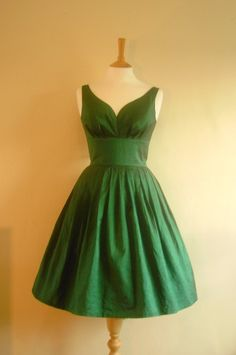 Two of my favorite things; Vintage style, and prom dresses! This is a very pretty dress, I like it a lot! ;) <3