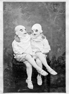 """And you thought you were the only class clown. From the book """"Miss Peregrine's Home for Peculiar Children"""" Bizarre Photos, Creepy Photos, Creepy Vintage, Vintage Clown, Creepy Clown, Creepy Halloween, Scary Circus, Circus Circus, Clown Photos"""