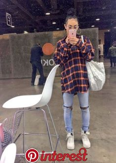 inspired outfit women's fashion flannel ripped jeans street style - Source by topswomens fashion idea Chill Outfits, Swag Outfits, Cute Casual Outfits, Fashion Outfits, Flannel Outfits, Looks Hip Hop, 90s Inspired Outfits, Mode Chanel, Bohemian Mode