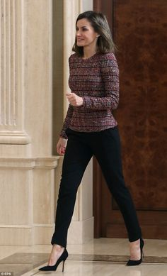 27 February 2018 - Queen Letizia receives representatives of RAI and ASPAYM at Zarzuela Palace in Madrid Business Casual Outfits, Casual Fall Outfits, Classy Outfits, Chic Outfits, Fashion Outfits, Work Fashion, Office Fashion, Cheap Fashion, Work Attire