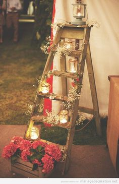 Une échelle en bois decorée avec des bougies et fleurs, déco mariage