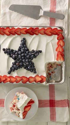 Angel Food Pudding Cake with Berries Red, white and blue all the way through! Layers of angel food cake, fresh berries and pudding make for a refreshingly easy Fourth of July treat that's a cinch to prep in advance. Make sure to use a glass baking dish to Brownie Desserts, Oreo Dessert, Mini Desserts, Holiday Desserts, Holiday Treats, Just Desserts, Holiday Recipes, Delicious Desserts, Yummy Food