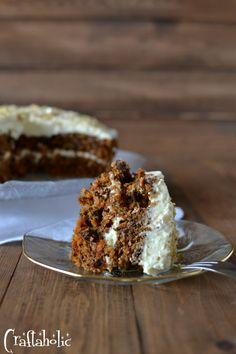 Μία συνταγή για το πιο νόστιμο κέικ καρότου που φάγατε ποτέ. Γλασαρισμένο με γλάσο τυριού που το αποθεώνει. Θα ενθουσιαστείτε! Greek Desserts, Greek Recipes, Cupcakes, Cake Cookies, Cake Recipes, Dessert Recipes, My Best Recipe, Pastry Cake, No Bake Cake