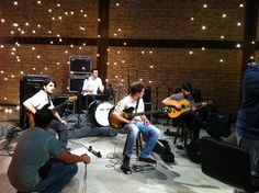 A banda Quarteto Bonanza apresenta-se, no dia 17 de outubro, no Boutique Vintage Brechó e Bar com Catraca Livre.