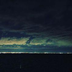 【start_1983】さんのInstagramをピンしています。 《東京湾から夜景でした。 まだまだ勉強が必要ですね!頑張ります(*•̀ᴗ•́*)و ̑̑ ちなみに、写真の中央に見えるのは多分、スカイツリーのハズ( 'ω')? #iphone7plus  #海  #海ほたる #夜景 #スイカツリー  #空  #2017  #湾岸 #東京湾》