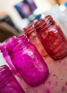 All you need is glass paint to create beautiful DIY Colored Mason Jars. Diy Bottle, Wine Bottle Crafts, Mason Jar Crafts, Mason Jar Diy, Diy Craft Projects, Crafts To Do, Colored Mason Jars, Chalkboard Labels, Ball Jars