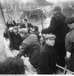 Evacués verlaten het gebied.