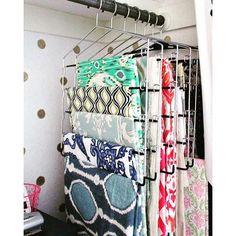 Este modelo de cabide é utilizado para pendurar calças dentro do guarda-roupa, e também é uma boa opção para organizar lenços e echarpes. #blogorganizeminhacasa #organização #lenços #organizaçãodeinverno   SnapWidget