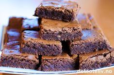 """Dette er den PERFEKTE oppskrift for deg som er ute etter myke og saftige Brownies med skikkelig god sjokoladesmak! Her kan du rendyrke sjokoladesmaken, for Browniesene er helt uten nøtter, rosiner eller annet forstyrrende """"mikkmakk"""". Kaken er så enkel å lage at det som regel er denne varianten av Brownies jeg tyr til hvis jeg skal lage noe godt på impulsen. Oppskriften er for stor langpanne."""