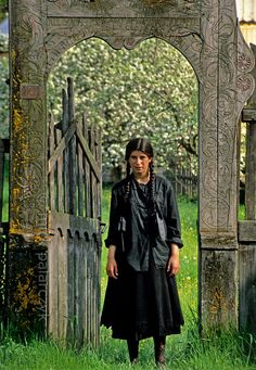 roma girl at valea strîmba standing in a decorated gate typical of the houses of the hungarian minority living in the region around georgheni Gypsy Trailer, Gypsy Caravan, We Are The World, People Around The World, Around The Worlds, Gypsy Life, Gypsy Soul, Wolf People, Gypsy Culture