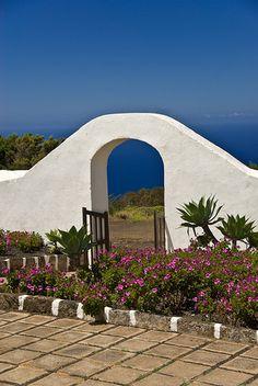 Una puerta al cielo  Entrada de la Ermita de la Virgen de los Reyes en la Isla del Hierro, Islas Canarias, España.
