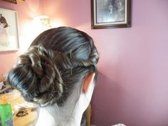 Photo Tutorial with Instructions. Stitches Of The Past: hair style tutorial.good but the side pieces need to be lower down on the head closer to the ears, not high up. Civil War Hairstyles, Historical Hairstyles, Low Bun Hairstyles, Hairdos, Hair Rat, 60s Hair, Victorian Gown, Victorian Hairstyles, Twist Bun