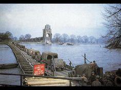 Oben ist die Wormser Ponton-Brücke zu sehen, als die US-Armee den Rhein überquerte. Der amerikanische Soldat Arthur G. Tollefson (unten links) starb bei diesem Manöver.  Sein Grabstein befindet sich in Fosston (Minnesota). <br /> Foto: Carlo Riva/Ozzie Tollefson (2)