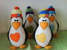 Pinguim confeccionado em feltro com aplique de tecido usado para decoração. R$ 25,00