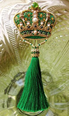 Купить Брошь Корона с шелковой кисточкой - зеленый, изумрудный, золотой, перламутровый, жемчужный, корона