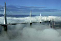 O Viaduto de Millau, França. Projetado pelo arquiteto inglês Norman Foster e pelo engenheiro francês Michel Virlogeux, a obra é a mais alta ponte rodoviária do mundo, com 343 metros de altura e 2460 metros de extensão. A segurança é reforçada com barreiras contra colisão e telas para proteger os motoristas dos violentos ventos locais.