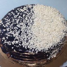 Bolo branco e negro de chocolate com recheio de brigadeiro de limão