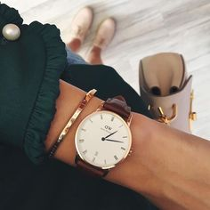 The Daniel Wellington watch with its interchangeable straps speaks for a classic and timeless design suitable for every occasion. Dw Watch, Bijoux Design, Jewelry Design, Stylish Watches, Ring Verlobung, Minimalist Jewelry, Fashion Watches, Women's Accessories, Jewelry Watches