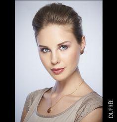 Resalta tu belleza con una joyería impactante y sofisticada.  ¿Te gusta?