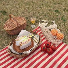 Let's Picnic ♥️ Picnic Date, Beach Picnic, Summer Picnic, Summer Aesthetic, Aesthetic Food, Comida Picnic, Wedding Gift Baskets, Wicker Picnic Basket, Romantic Picnics