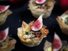 Små pajer med smak av getost och fikon, passar utmärkt på buffén! Till advent, jul eller midsommar - minipajer är alltid uppskattat som plockmat.
