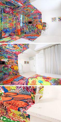 Tilt criouum quarto onde metade dele é branco e a outra metade grafitada dentro do hotel francês Vieux Au Panier.