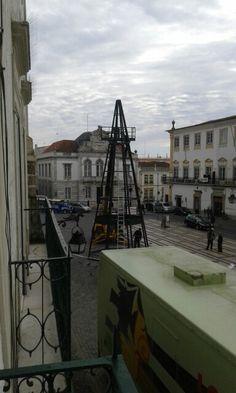A montar a árvore de Natal de Évora, Portugal!