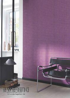 Majestic 02 - Eine violette Tapete mit braunen Kreise schafft einen auffälligen Flur.